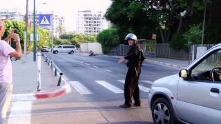 עובדים על המשטרה עם תיק YAK PAK מלא בצבע