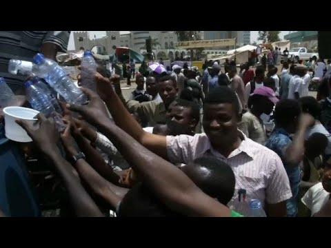 Manifestantes sudaneses lutam contra desidratação