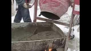 месим раствор зимой , кладём облицовочный кирпич .(C)(замешиваем раствор зимой с добавками , кладём облицовку ., 2012-03-17T21:06:15.000Z)