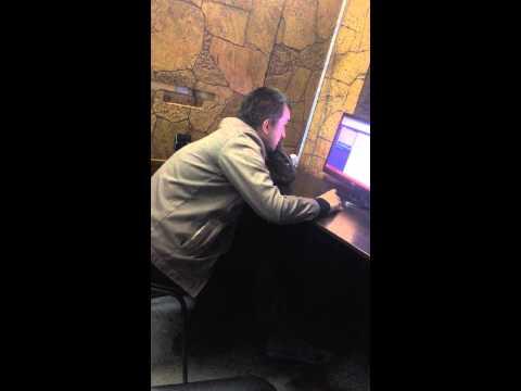Мужик в букмекерской конторе стелит, смотреть всем ха)