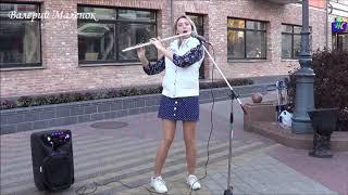 Вика красиво играет на флейте! Street! Music!