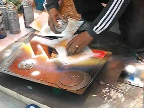 Artista callejero en san nicolas pintando con aerosol - Pintura con spray ...