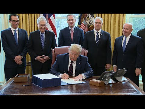 Trump signe le gigantesque plan de relance adopté par le Congrès   AFP