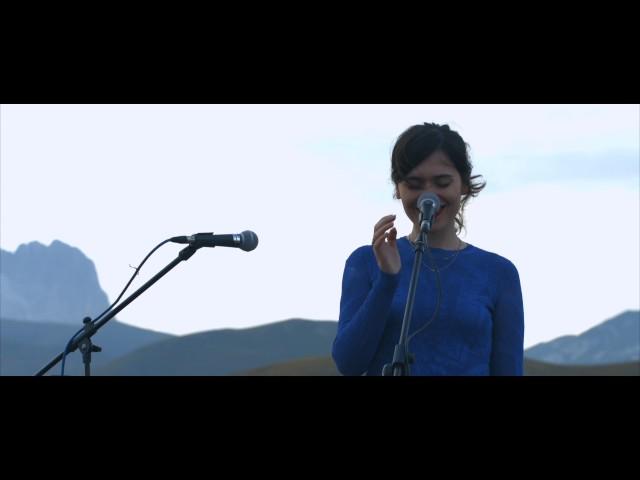 Erica Mou - L'edera (Nilla Pizzi) | Paesaggi Sonori | 01 Live Sunset 1460m