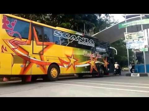 Bus Aceh Memasuki Terminal Batoh