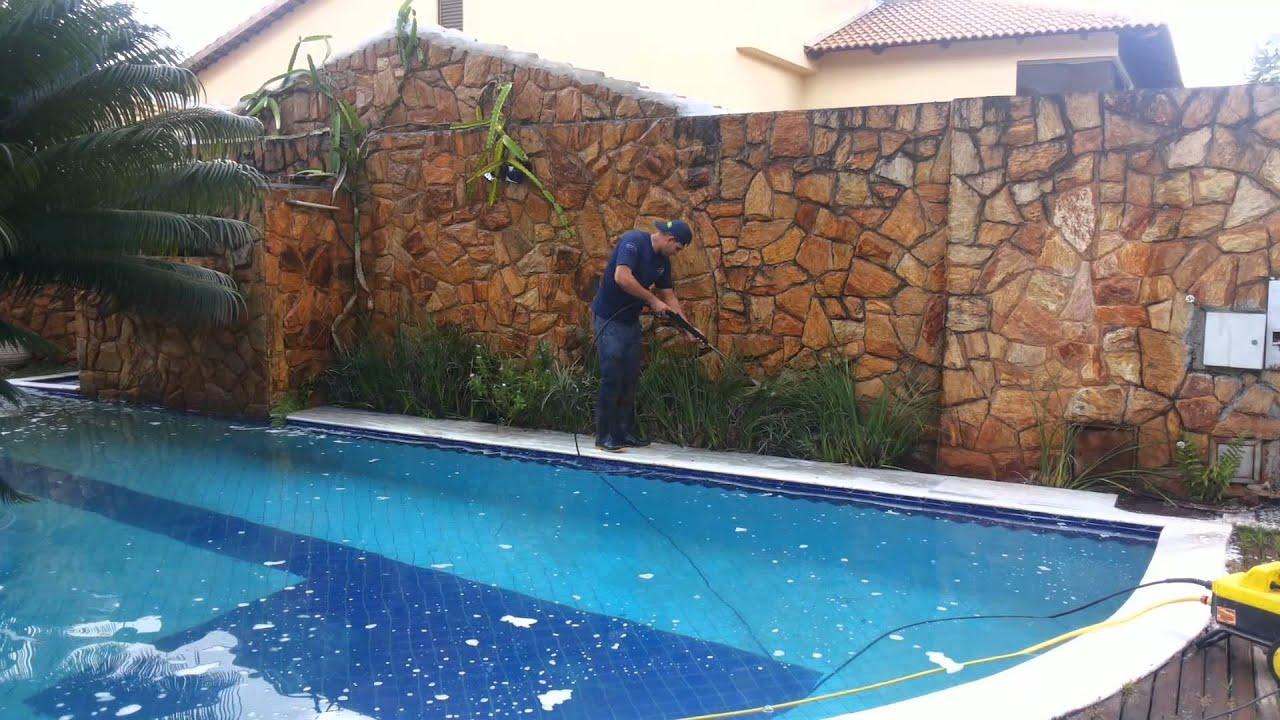 Como limpar pedras de borda de piscina limpeza de muro for Como se construye una alberca