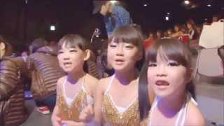 へそ出しパレオでセクシーキッズダンス 小学生低学年 hot belly dance by 7 year old girls