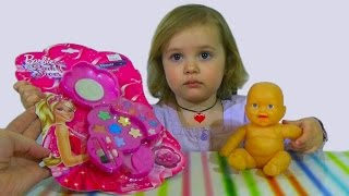 Набор детской косметики Барби красится девочка Barbie makeup set toy(Распаковывает набор косметики Барби, делает макияж, гримирует куклу. Unboxing unpacks Barbie makeup set, doing make-up, make-up for..., 2015-04-04T10:56:36.000Z)