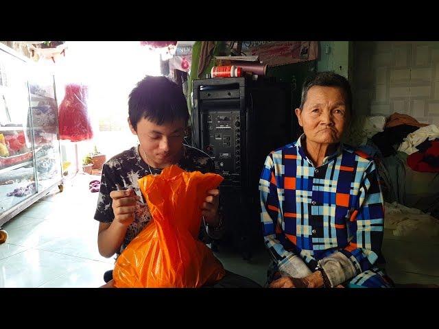 Bà cụ 72 tuổi lượm ve chai nói câu khiến ai cũng rơi nước mắt