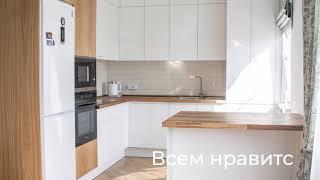 Шикарная кухня Savele с фасадами в эмали и шпоне дуба. Столешница из дуба.