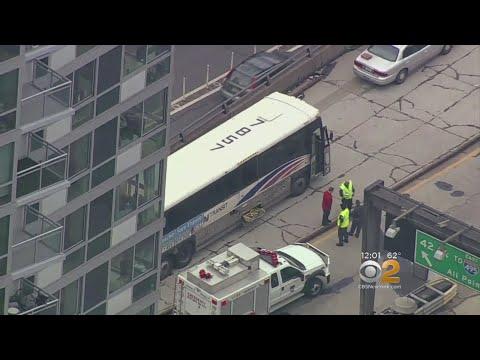 纽约两公共汽车相撞 至少32伤 7人伤势较重