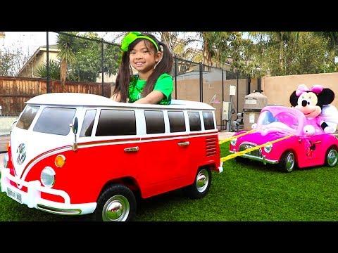 Emma Juega con su Coche VW para Niños   VW Camper Van Toy for Kids