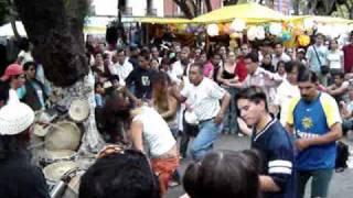 Mi amiga Jenny bailando música africana en Coyoacán - Djembe