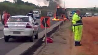 Caminhão pega fogo na BR-101 Km 129