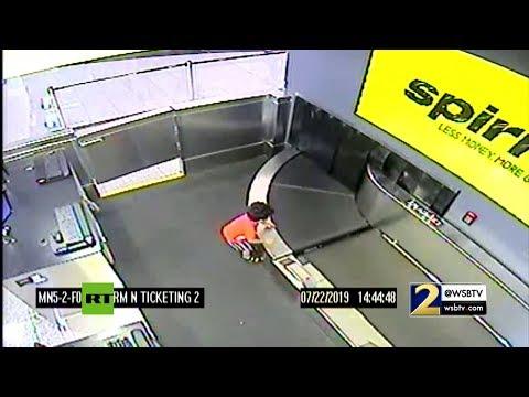 Un niño de 2 años es 'tragado' por una cinta transportadora en un aeropuerto