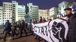 Міліцыя на акцыі недармаедаў  адзін крадзе, другі штурхае/ Belarus undercover police push protesters