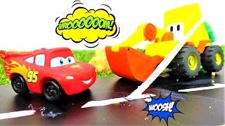 🏁 La Excavadora Max hace una pista de carreras para el Rayo McQueen. Juegos de carrera