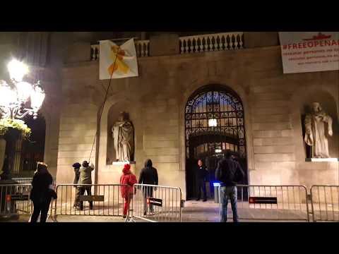 Arrancan el lazo amarillo de la fachada del Ayuntamiento de Barcelona