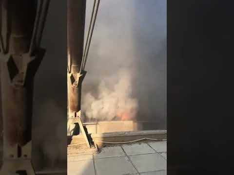 عن قـــرب لحظة انفجار المفرقعات داخل العنبر رقم 12 في مرفأ #بيروت