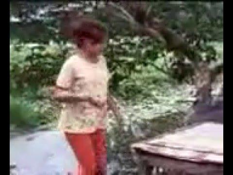 wanita cantik naik pohon cery kelihatan Anunya .. thumbnail
