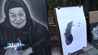 'سيد ياسين ' يبدع في الرسم بالفحم أمام جامعة عين شمس .. فيديو وصور
