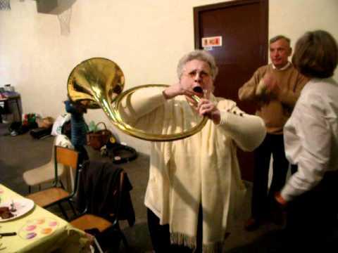 Geneviève sonne du Cor.AVI
