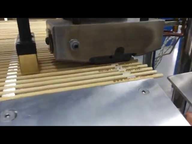 Máquina desenvolvida para carimbar palito / espeto de churrasco. Personalizar palitos com sua marca.