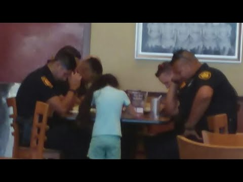 8-Year-Old Girl Prays With Police Officers At Restaurant In Heartwarming Photo