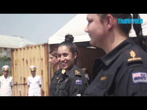 Thủy thủ tàu Hải quân New Zealand nhảy điệu Kapa Haka khi cập cảng Sài Gòn
