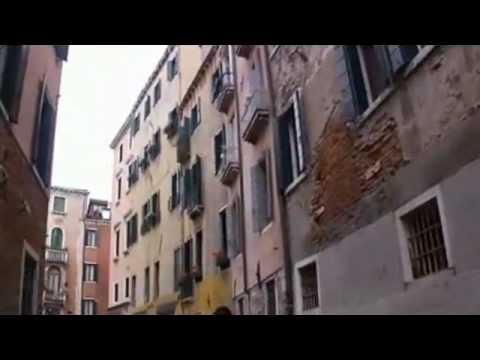 Venice from a gondola looked at (Velence gondolából nézve)