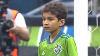 Schöne Geste: Krebskranker Junge in der Startaufstellung von Seattle Sounders