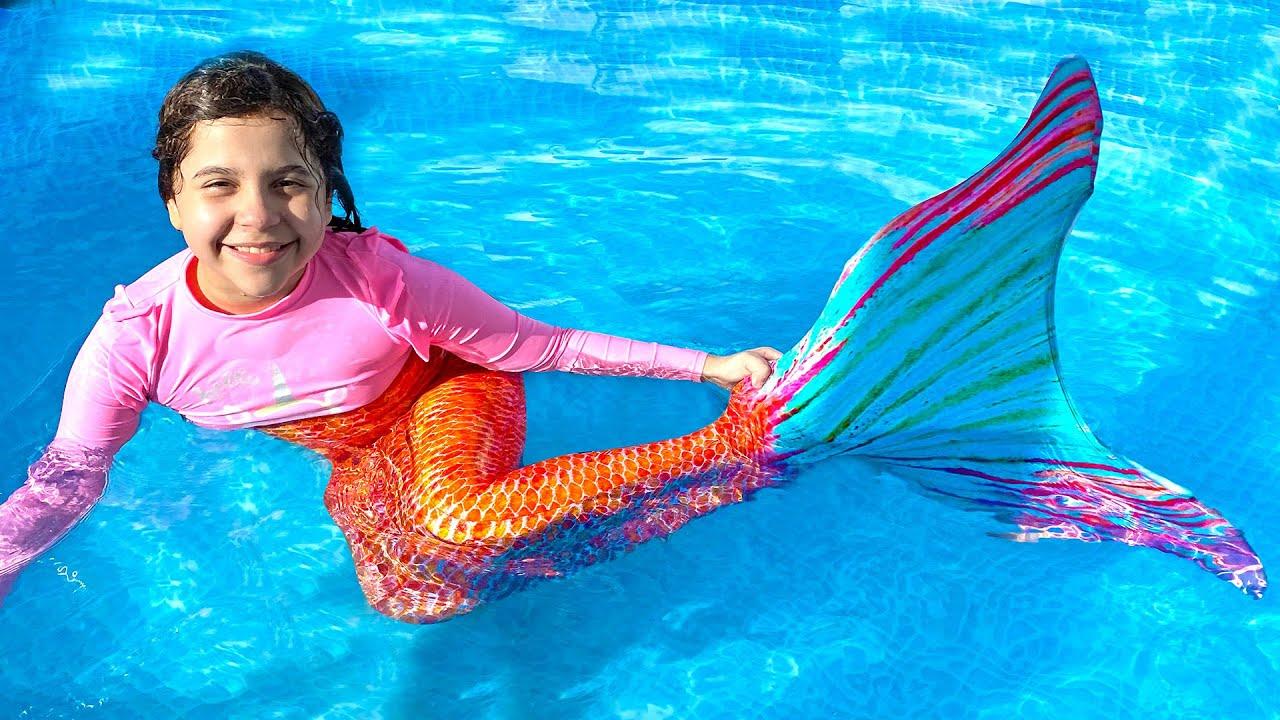 SARAH FINGE BRINCAR de SEREIA AQUÁTICA na piscina