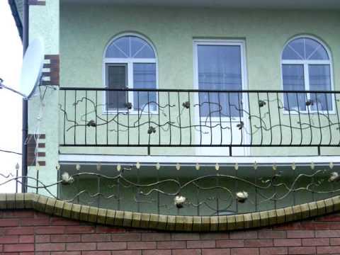 Недорогие красивые кованые перила на балкон частного дома , пример узора ограждение