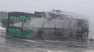Горящий автобус испустил газ.