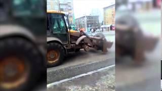 Трактор без колеса на улицах Перми