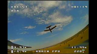 Полёт на гоночном квадрокоптере за моделью самолёта.