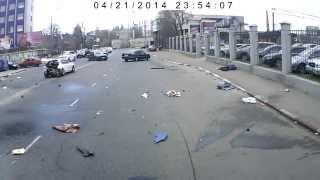 Жуткая авария в Одессе ...(21 апреля, Одесса. Днем на улице Среднефонтанской водитель Хендай, двигаясь на высокой скорости, не справилс..., 2014-04-25T10:15:42.000Z)