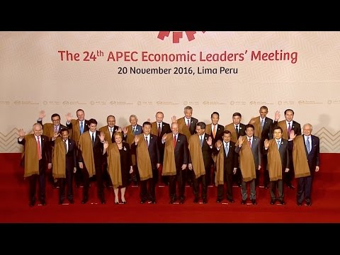 Chinese President Joins Other APEC Economies' Leaders, Representatives for Family Photo