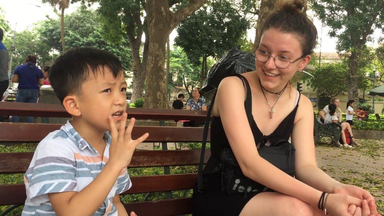 """Cậu bé Quang Bình 6 Tuổi – """"Accents"""" Tiếng Anh cực đỉnh ??? Cô gái Tây Ngạc nhiên ???"""