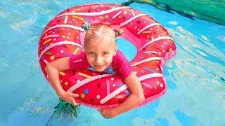 Дети играют с надувными игрушками в бассейне / Сказки для Евы