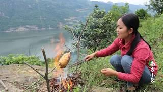 【南方小蓉】漂亮姑娘釣野生羅非魚,裹上泥巴烤一條李子叫花魚,太香了!