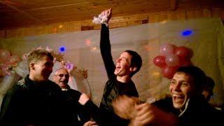 Жених снимает подвязку с невесты и бросает друзьям