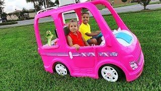 Диана и Рома едут на пикник на автомобиле Барби