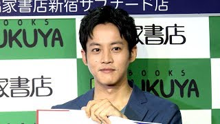 俳優の松坂桃李が、「妄想フライヤーBOOK『妄想・松坂桃李 2』」の...