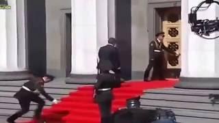 Инаугурация Порошенко , Караульный солдат упал в обморок(, 2016-01-06T11:32:13.000Z)
