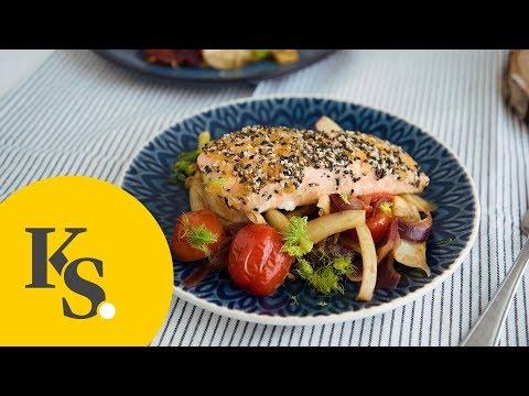 lachs-mit-sesamkruste,-fenchel-und-tomaten-|-schnelles-low-carb-rezept-zum-abendessen