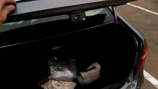 Открытие крышки багажника наполовину Lada Vesta.