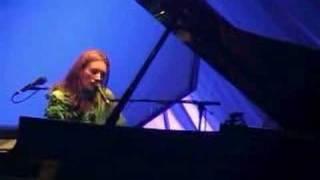 Tori Amos - Dallas2001 - 16 - Tear In Your Hand