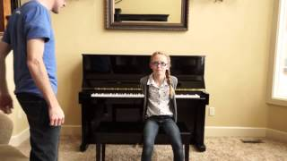 la reine des neiges au piano par un jeune homme et une jeune fille