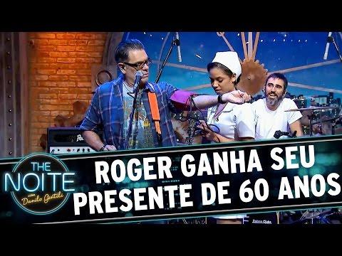 The Noite (12/09/16) - Roger completa 60 anos e ganha presente da produção